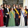 La princesse Claire, le prince Sebastian, le prince Felix, la princesse Alexandra, la grande-duchesse Maria Teresa et le grand-duc Henri, le prince Louis, la princesse Tessy, la princesse Stéphanie et le prince Guillaume de Luxembourg : la famille grand-ducale, photo de famille le 23 juin 2015.