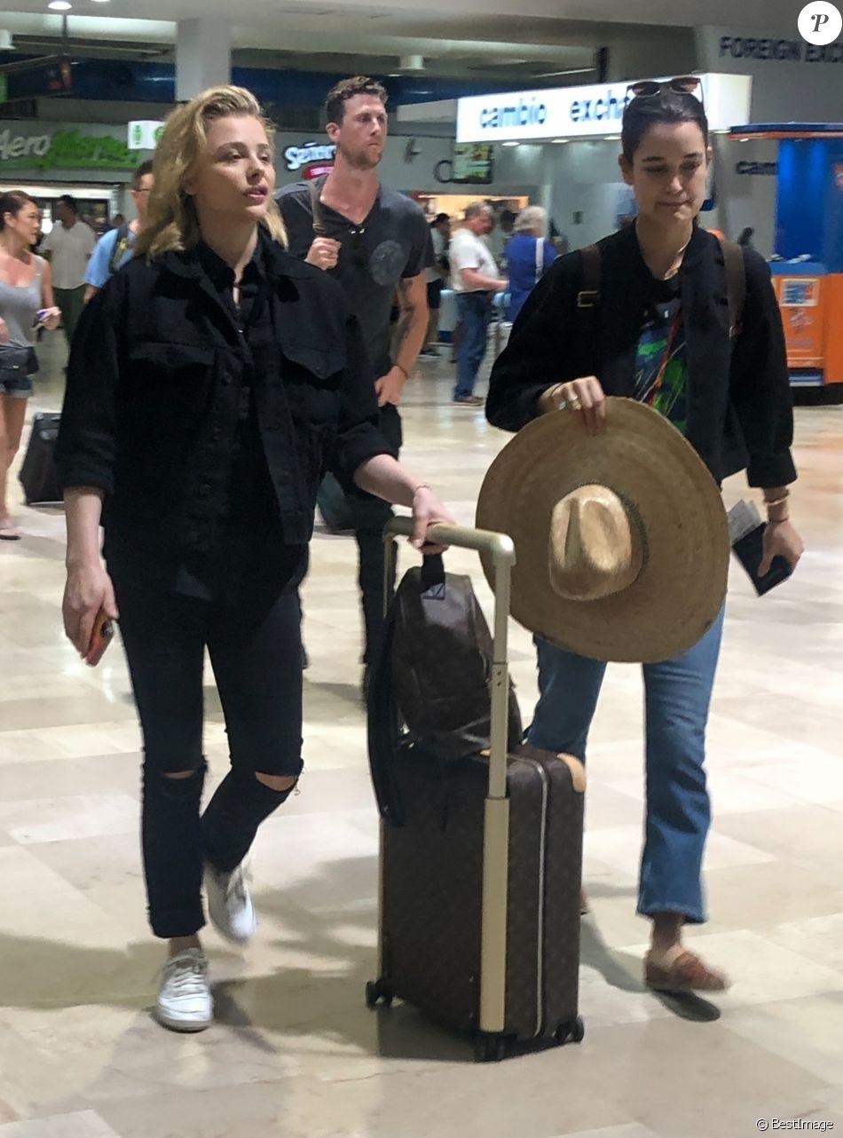 Exclusif - Chloë Grace Moretz et Kate Harrison arrivent à l'aéroport de Puerto Vallarta pour prendre l'avion. Le 19 mars 2019.