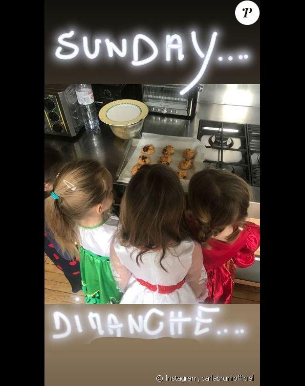 Carla Bruni-Sarkozy photographie sa fille Giulia déguisée en princesse, avec des amies. Instagram, le 24 mars 2019.