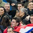 Le chanteur Vianney, Valérie Bègue (Miss France 2008), Nagui et sa femme Melanie Page s'embrassent - People assistent au match des éliminatoires de l'Euro 2020 entre la France et l'Islande au Stade de France à Saint-Denis le 25 mars 2019. La france a remporté le match sur le score de 4-0.