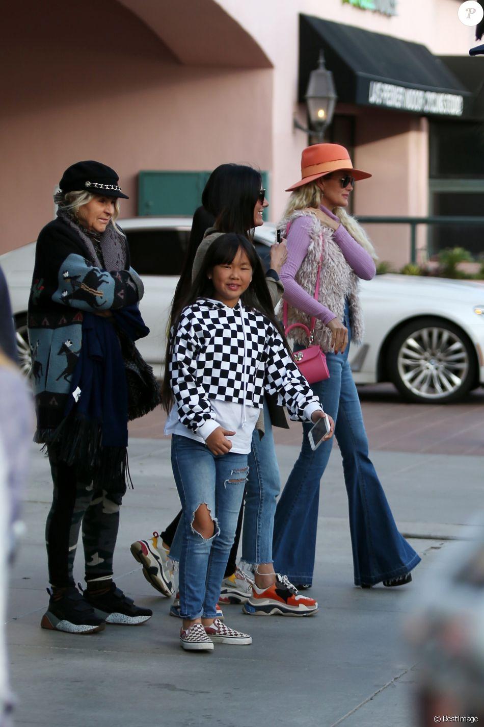 Semi-exclusif - Laeticia Hallyday est allée déjeuner avec ses filles Jade et Joy, sa mère Françoise Thibault et la compagne de son frère, Maryline Issartier au restaurant Ivy à Santa Monica le 9 mars 2019.