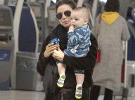 Eva Longoria complètement folle de Santiago, bébé canaille à l'aéroport
