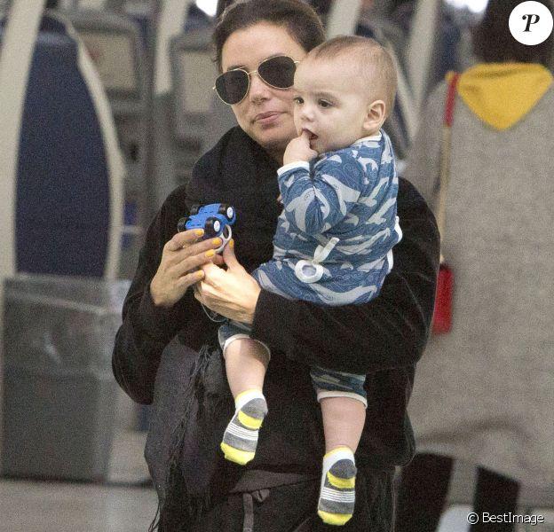 Exclusif - Eva Longoria s'amuse avec son fils Santiago en attendant un vol à Toronto au Canada le 4 avril 2019.
