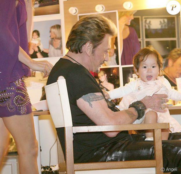 En loge, dans les coulisses de ses concerts au Stade de France (29-31 mai 2009), Johnny retrouve Laeticia, Jade et Joy