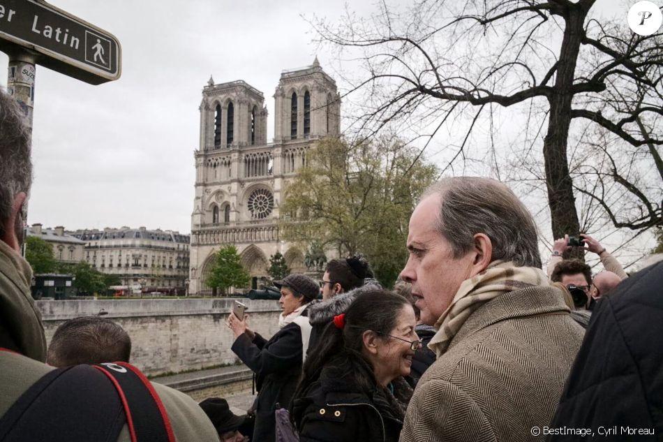 Le prince Jean d'Orléans, comte de Paris, est venu se recueillir en compagnie de son frère Eudes, duc d'Angoulême, devant la cathédrale Notre-Dame de Paris le 16 avril 2019, au lendemain de l'incendie dévastateur qui a détruit sa toiture. © Cyril Moreau / Bestimage
