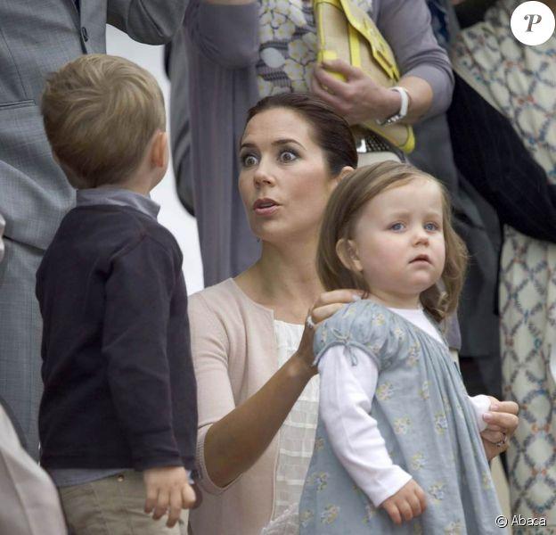 """Mary de Danemark : """"Tiens toi tranquille Christian ! On est là pour fêter les 75 ans de papy Henrik"""""""