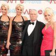 Hugh Hefner et ses copines : les jumelles Karissa et Kristina Shannon d'un coté et Crystale Harris en rose