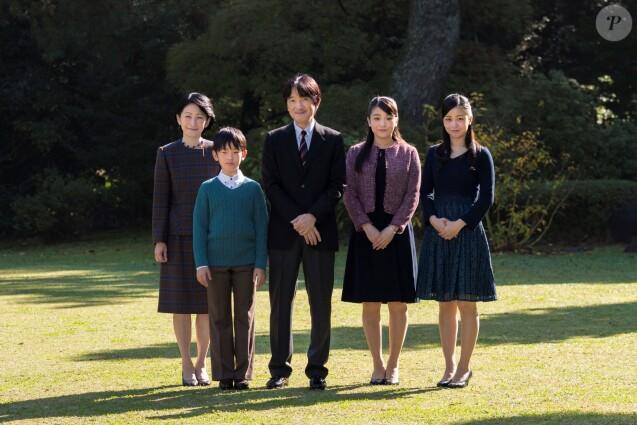 Le prince Fumihito d'Akishino avec son épouse la princesse Kiko et leurs enfants, la princesse Mako, la princesse Kako et le prince Hisahito à leur résidence à Tokyo le 30 novembre 2018 lors du 53e anniversaire du prince.