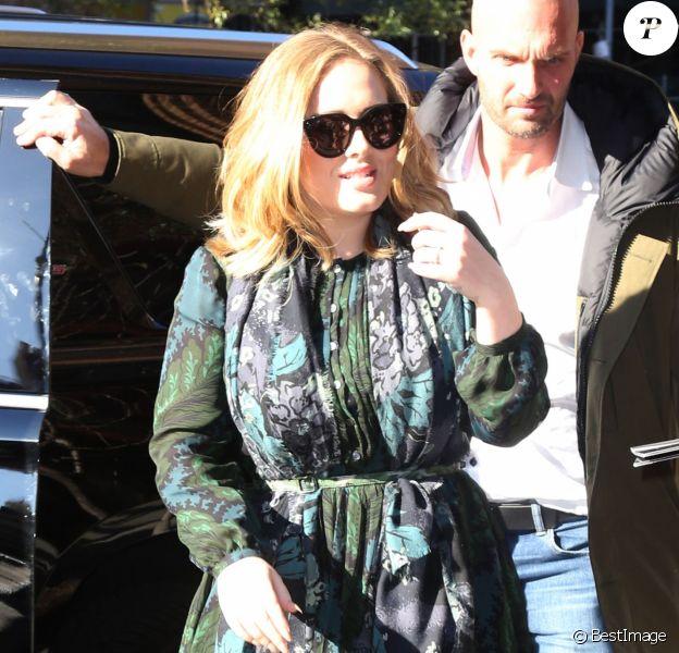 La chanteuse Adele rencontre ses fans dans la rue à New York, le 25 novembre 2015.