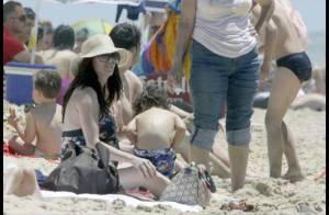 Paz Vega très enceinte profite de la plage avec son mari chéri et son fils !