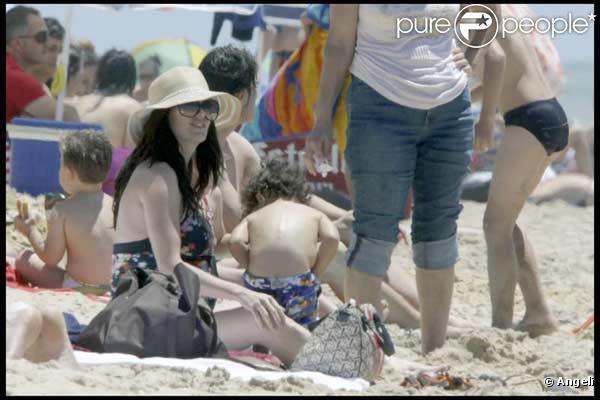 Paz Vega enceinte, son mari Orson Salazar et leur fils Orson, sont à la plage à Cadiz
