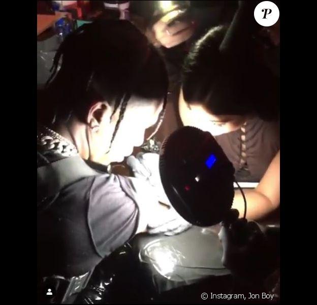 Kylie Jenner tatoue son compagnon, Travis Scott. Avril 2019.