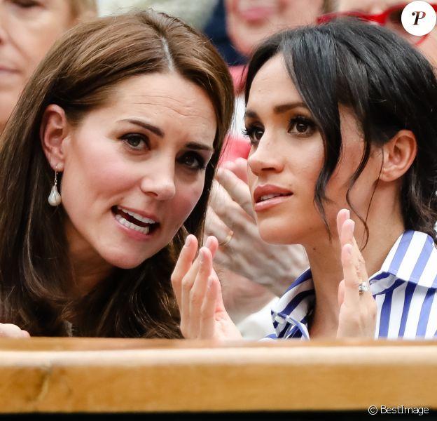 """Catherine (Kate) Middleton, duchesse de Cambridge et Meghan Markle, duchesse de Sussex assistent au match de tennis Nadal contre Djokovic lors du tournoi de Wimbledon """"The Championships"""" le 14 juillet 2018."""