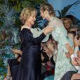 Beatrice Borromeo embrasse et félicite Alberta Ferretti lors du défilé de présentation de la collection Croisière 2020 d'Alberta Ferretti le 18 mai 2019 au Yacht Club de Monaco.