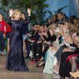 Alberta Ferretti ovationnée, devant Beatrice Borromeo, Pierre Casiraghi et Eva Longoria, lors du défilé de présentation de sa collection Croisière 2020 le 18 mai 2019 au Yacht Club de Monaco.