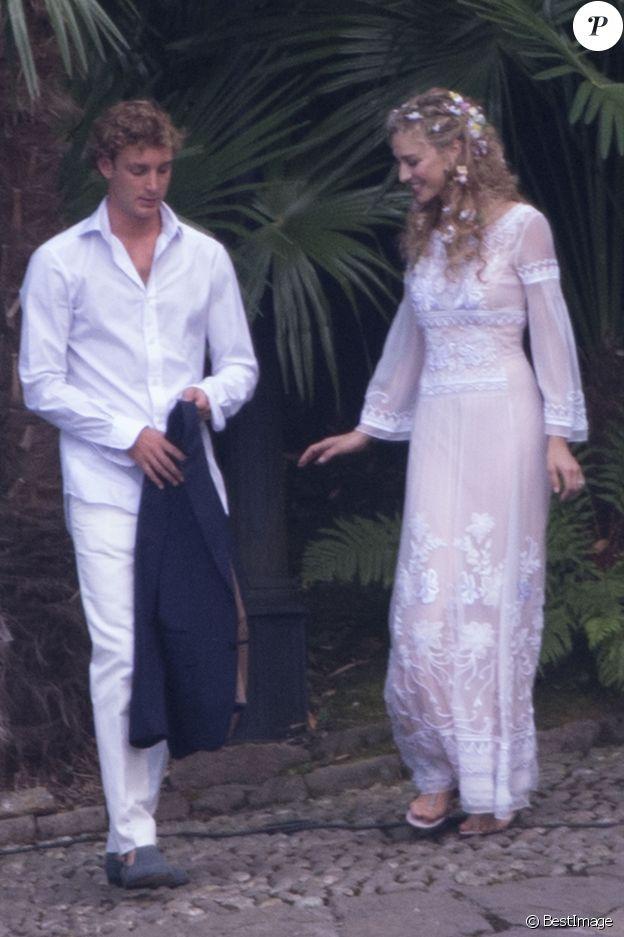 Beatrice Borromeo vêtue d'une création Alberta Ferretti avec Pierre Casiraghi le 31 juillet 2015 à la veille de leur mariage dans les Îles Borromées.