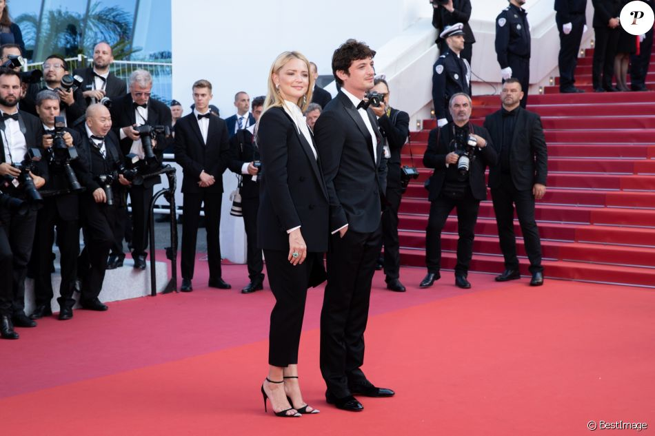 "Virginie Efira et son compagnon Niels Schneider - Montée des marches du film ""Hors Normes"" pour la clôture du 72ème Festival International du Film de Cannes. Le 25 mai 2019 © Borde / Bestimage  Red carpet for the movie ""Hors Normes"" during the 72nd Cannes International Film festival. On may 25th 201925/05/2019 -"