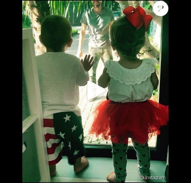 Les deux enfants d'Enrique Iglesias s'amusent avec leur papa. (25 mai 2019)