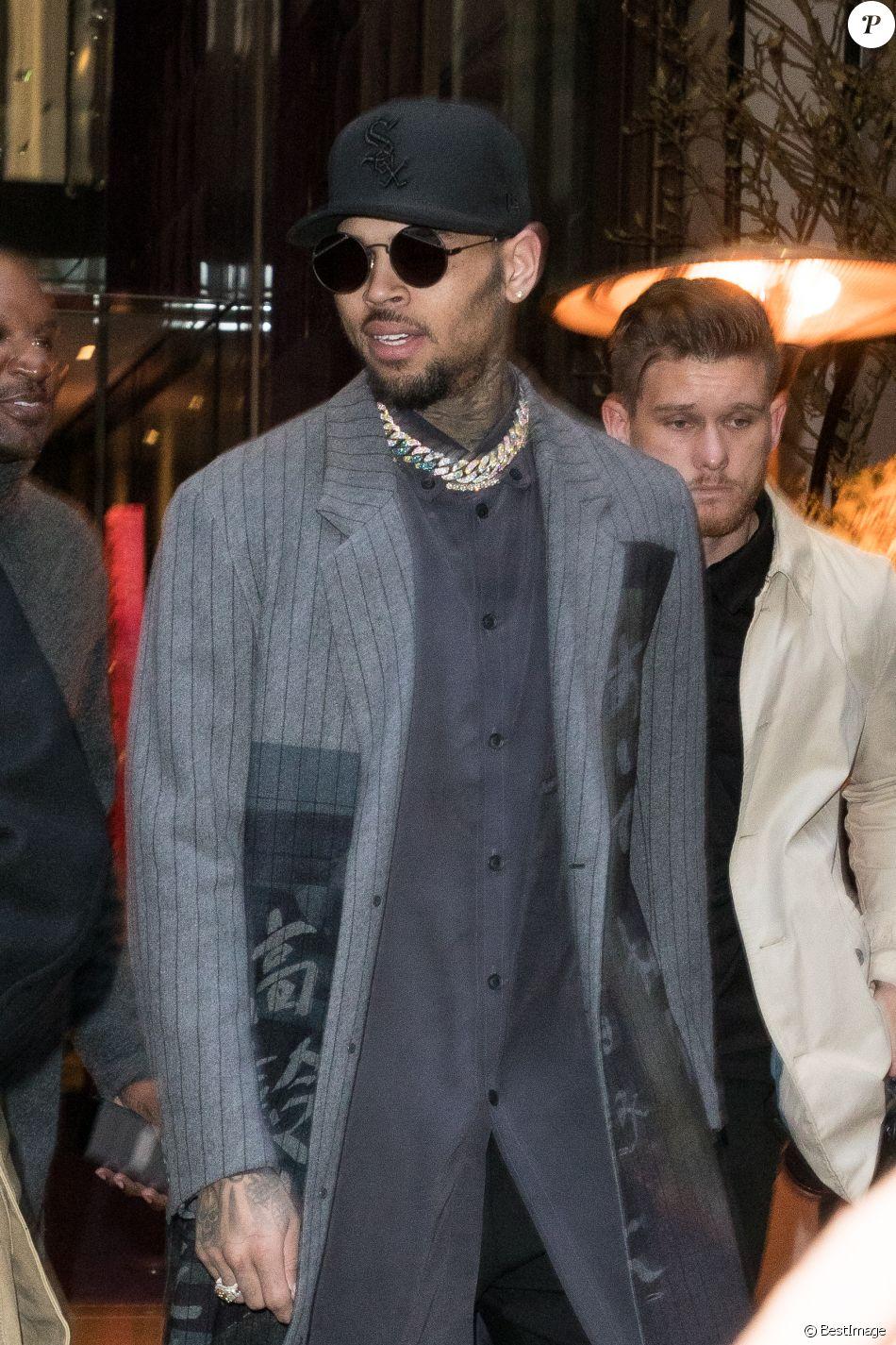 Chris Brown sort de l'hôtel Mandarin Oriental à Paris le 17 janvier 2019