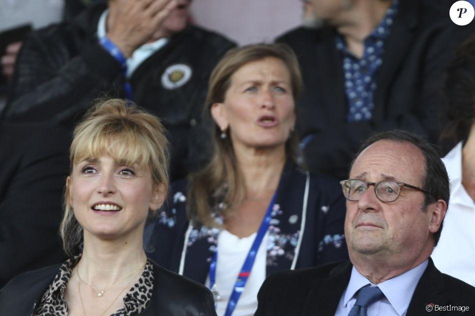 François Hollande et Julie Gayet assistent au dernier match amical des Bleues avant la Coupe du monde féminine de football. Ce match opposait la France à la Chine, à Créteil le 31 mai 2019. La France a remporté le match sur le score de 2 buts à 1. © Michael Baucher/Panoramic/Bestimage