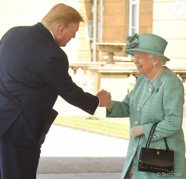 Donald Trump serre la main de la reine Elizabeth II lors des cérémonies de bienvenue au palais de Buckingham le 3 juin 2019, au premier jour de sa visite officielle en Grande-Bretagne.