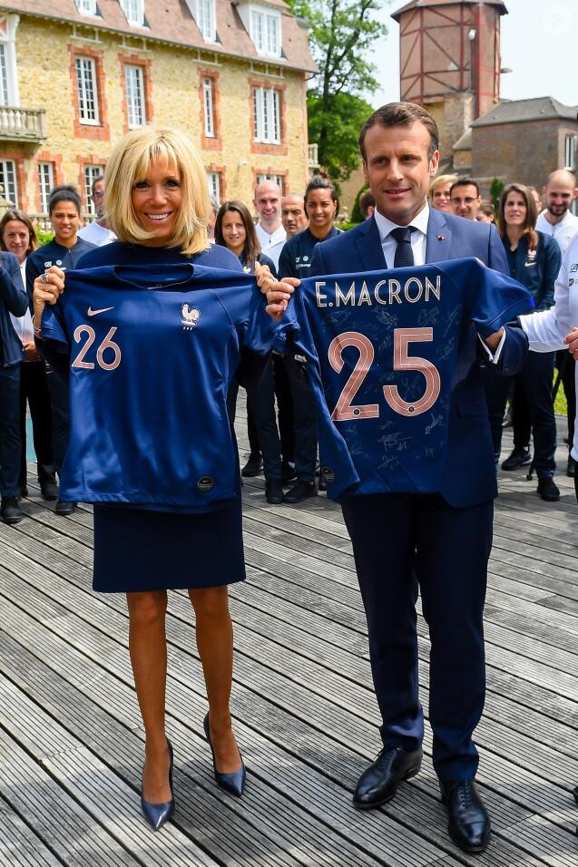 La première dame Brigitte Macron, le président Emmanuel Macron - Le président de la République et sa femme au Centre national de Football de Clairefontaine pour déjeuner avec l'équipe de France féminine le 4 juin 2019. © Pierre Perusseau / Bestimage