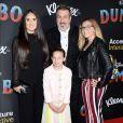 Joey Fatone avec sa petite-amie Izabel et ses enfants Briahna Joely Fatone et Kloey Alexandra Fatone à la première de Dumbo à Hollywood, Los Angeles, le 11 mars 2019