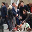 """Kate Middleton, duchesse de Cambridge, et le prince William ont retrouvé le couple Irving, qu'ils avaient rencontré un mois plus tôt à Buckingham, et leurs chiens Max, Paddly et... """"Prince Harry"""" lors de leur visite à Keswick dans le comté de Cumbria dans le nord de l'Angleterre, le 11 juin 2019."""