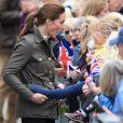 Kate Middleton, duchesse de Cambridge, saisit la jambe d'une fillette dans le public à Keswick dans le comté de Cumbria dans le nord de l'Angleterre, le 11 juin 2019.