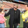 Johnny Hallyday, sa femme et sa petite Joy, en compagnie de Francis Lalane lors du coup d'envoi d'un match de football caritatif au Parc des princes le 14 juin 2009