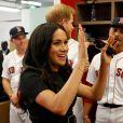 """Le prince Harry, duc de Sussex, et Meghan Markle, duchesse de Sussex vont saluer les équipes de baseball """"Boston Red Sox"""" et """"New York Yankees"""" dans leurs vestiaires dans le cadre des Invictus Games 2019 au London Stadium. En cette occasion, le couple royal a reçu en cadeau pour leur fils Archie, un maillot floqué """"Archie"""", de la part de chaque équipe, avant de rejoindre les tribunes pour assister au match. Londres, le 29 juin 2019."""