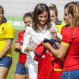 La reine Letizia d'Espagne s'est vu offrir des maillots pour ses filles Leonor et Sofia et elle-même le 4 juillet 2019 lors d'une séance d'entraînement de l'équipe féminine nationale de rugby à 7 sur le stade de l'Université Complutense de Madrid.