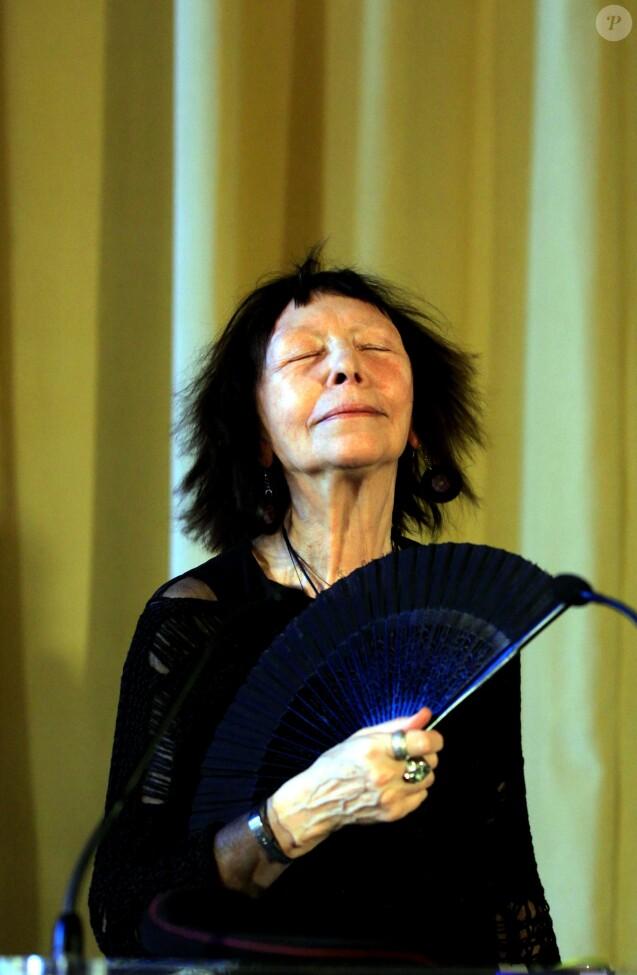 Brigitte Fontaine reçoit la Médaille Vermeil de la Ville de Paris le 22 mars 2012.