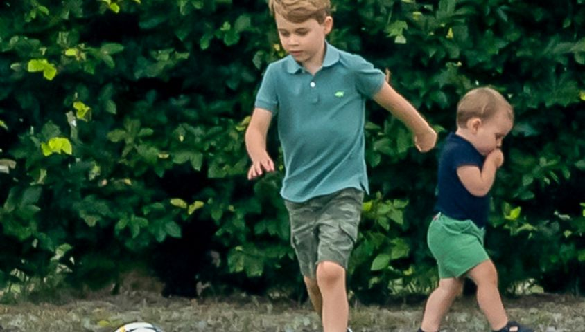 Le prince George de Cambridge et son frère le prince Louis de Cambridge lors d'un match de polo de bienfaisance King Power Royal Charity Polo Day à Wokinghan, comté de Berkshire, Royaume Uni, le 10 juillet 2019.
