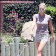 Sophie Monk promenant son chien à Los Angeles le 25 juin 2009