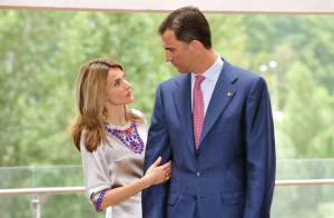 Letizia d'Espagne, terriblement éprise, ne peut quitter la main de son prince... Un amour de conte de fées !
