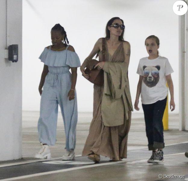 Angelina Jolie fait du shopping avec ses filles Vivienne Jolie-Pitt et Sahara Jolie-Pitt au centre commercial Century City à Los Angeles, le 23 juillet 2019