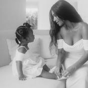 """Kim Kardashian, maman gaga : photos inédites avec sa fille Chicago, sa """"jumelle"""""""