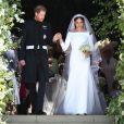 Meghan Markle en robe de mariée Givenchy à la sortie de chapelle St. George au château de Windsor après leur mariage le 19 mai 2018. Une création sur mesure, à la fois intemporelle et épurée, complétée d'un diadème prêté par la reine.
