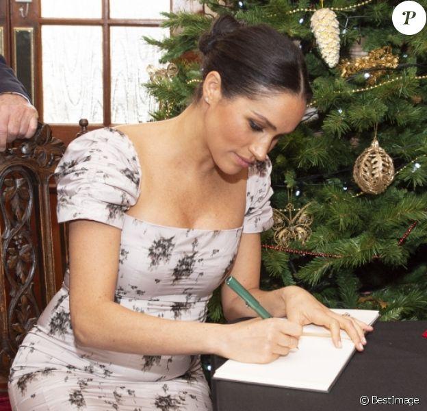 """Meghan Markle, duchesse de Sussex, enceinte visite le foyer Royal Variety de """"Brinsworth House"""", à Twickenham le 18 décembre 2018."""