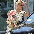 Exclusif - Bella Hadid est allée faire du shopping avec des amies à Los Angeles. Le mannequin a été aperçue avec un grand bouquet de fleurs dans les mains, alors qu'elle s'apprête à monter à bord de la voiture de son amie, le 4 aout 2019.
