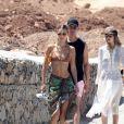 Bella Hadid et sa soeur Gigi en vacances avec des amies à Mykonos en Grèce. Les mannequins font des châteaux de sable, se chamaillent dans l'eau et se prélasse sur la plage, le 29 juillet 2019.