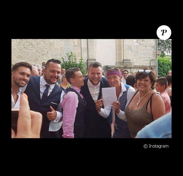"""Mathieu de """"Pékin Express 2019"""" a épousé sa compagne. Un mariage qui s'est déroulé en Bourgogne le 10 août 2019. Plusieurs participants à l'émission été invités. On peut voir sur cette photo Steve, Thomas, Briac, Mathieu, Fabrice et Martine."""
