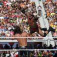 Seth Rollins et Randy Orton (en l'air) en combat lors de WrestleMania au Levi's Stadium. Santa Clara, le 29 mars 2015.