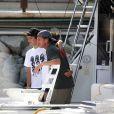 Sean Penn et ses enfants en vacances sur un bateau