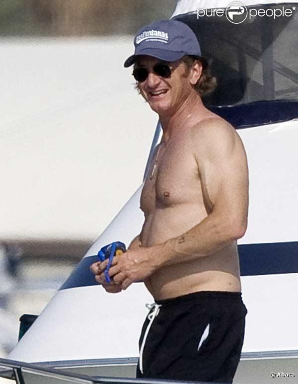 Sean Penn en vacances sur un bateau