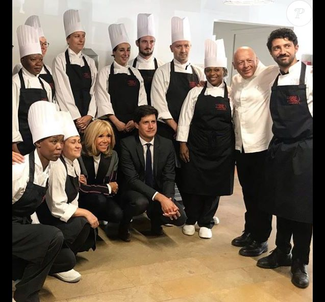 Brigitte Macron s'est rendue à Cuisine Mode d'Emploi(s), à Clichy-sous-bois le 3 septembre 2019, en vue de l'ouverture du Live, l'Institut des Vocations pour l'Emploi, le 16 septembre prochain. Accompagnée de  Julien Denormandie, la première dame a posé avec le chef Thierry Marx et ses apprentis.