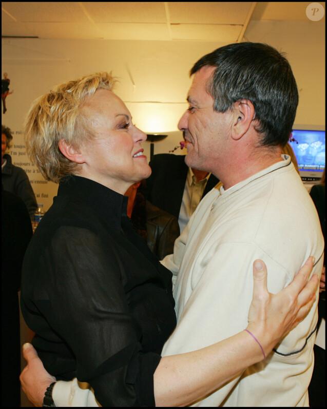 Muriel Robin et Jean-Marie Bigard dans les coulisses du spectacle de la première, intitulé Au secours, au Grand Rex à Paris, le 18 janvier 2005.