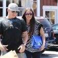 Alanis Morissette et son mari Mario Treadway font du shopping au centre commercial Brentwood Country Mart à Brentwood, le 28 avril 2014.