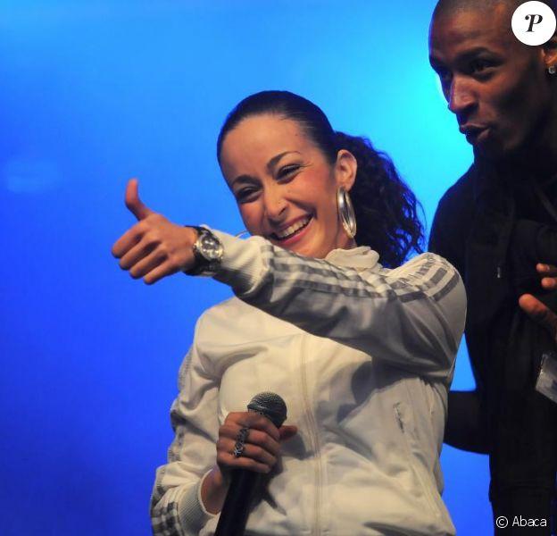 Kenza Farah et Kery James, en concert gratuit, à Argenteuil le 8 Juillet 2009. Kenza à l'air d'apprécier le public...